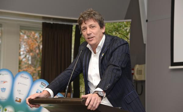 Jacco Vonhoff spreekt de leden van de MBO Raad toe tijdens de ALV