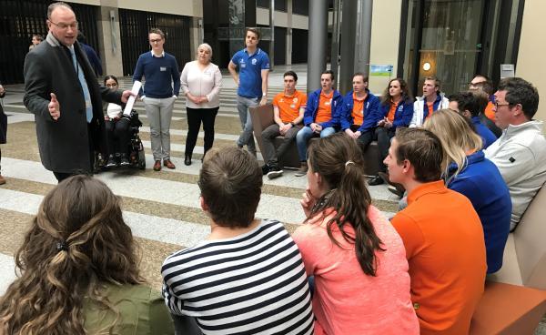 Afbeelding van Ton Heerts met de Dit is mbo-Uitblinker en Skills-deelnemers