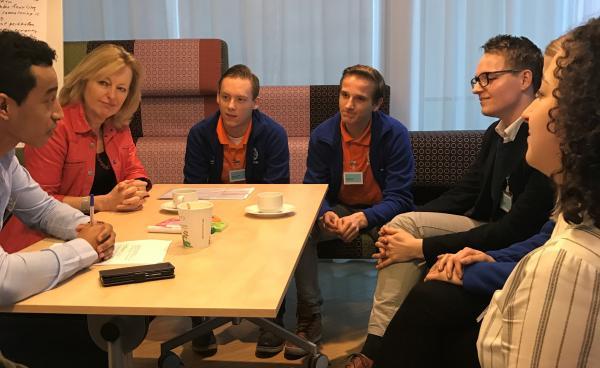 Minister Bussemaker (OCW) ging met de Uitblinkers in gesprek over actuele thema's in het mbo