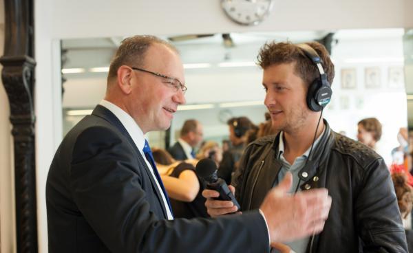 Afbeelding van Ton Heerts die wordt geïnterviewd door Radio 1