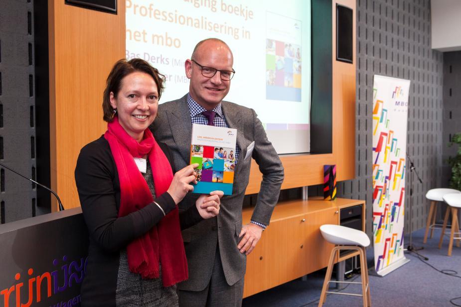 José Faber overhandigt aan Bas Derks de bundel over professionalisering