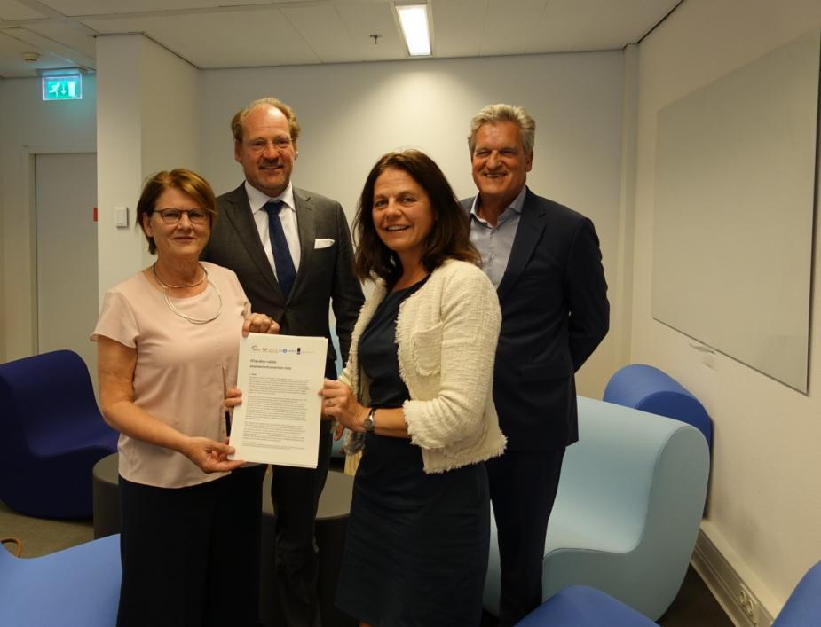 Foto van ondertekening afspraken valide exameninstrumenten