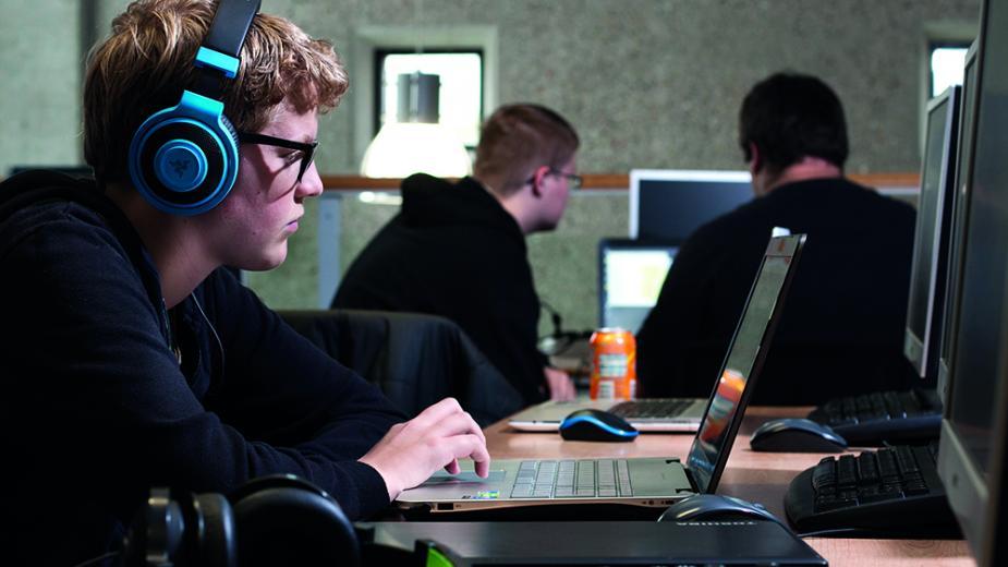 Afbeelding studenten achter computer
