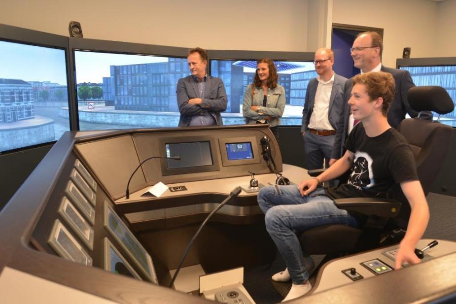 Nova College toont Ton Heerts de simulator maritiem