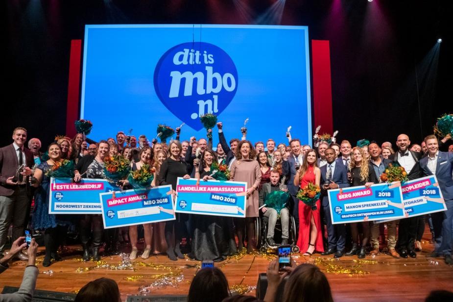 Afbeelding van de jury, mbo-ambassadeurs, de minister van OCW en de diverse andere betrokkenen die de prijzen uitreikten