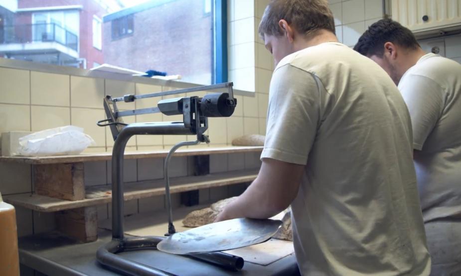 Een student loopt stage in een bakkersbedrijf. Afbeelding van MBO Raad
