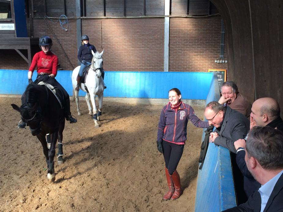 Ton Heerts in de paardenhoeve tijdens zijn bezoek aan het Wellantcollege