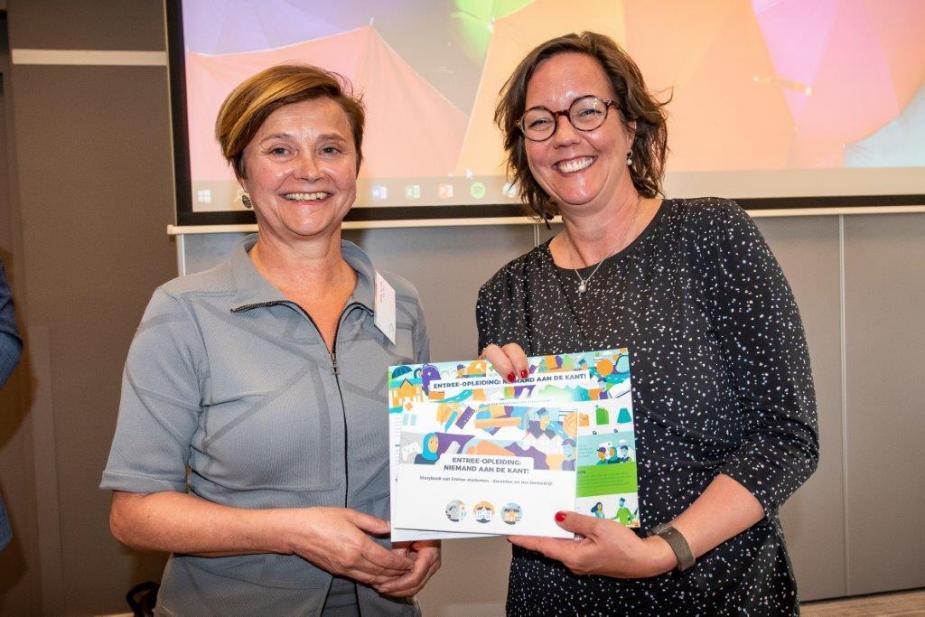 Afbeelding van staatssecretaris SZW Tamara van Ark met het pamflet Entree