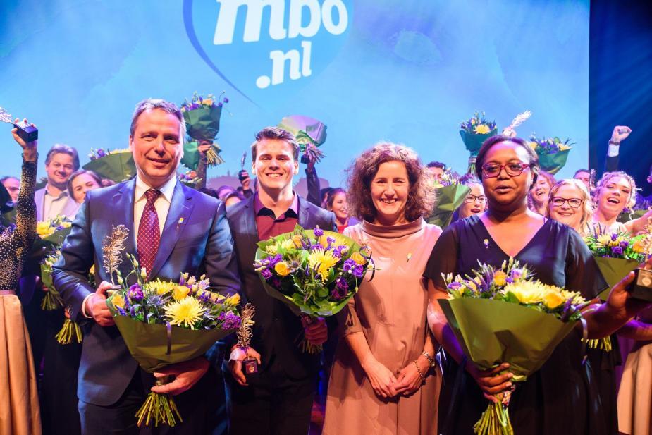 Afbeelding van drie Ambassadeurs met minister Ingrid van Engelshoven