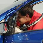Afbeelding van student die een auto repareert