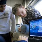 Afbeelding van studenten achter een computer
